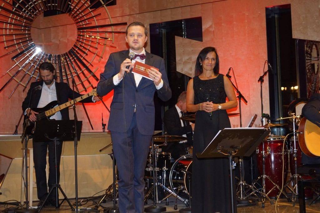 NY JULEKONSERT: Hanne Mette Gunnarsrud ønsker velkommen til ny julekonsert i Våler kirke med bandet sitt. Kim Brandsnes er også i år konferansier. (Foto: Solveig Gunnarsrud).