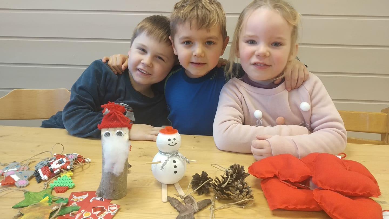 ER I RUTE: Barna i Finnskogen Barnehage er godt i rute med produksjonen til årets julemarked. Fra venstre Adrian Sagerud, Marius Tala og Vilde Skustad.