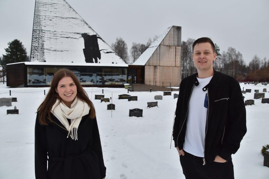 HOLDER JULEKONSERT: Søndag 8. desember blir det julekonsert i Våler kirke. Mange lokale artister deltar, og et helt nytt prosjektbarnekor! Bak står Victoria Vinje og Oliver Bråten.