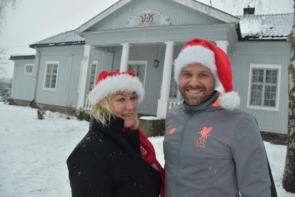 ØNSKER VELKOMMEN: Julegrana i Vålbyen tennes fredag 29. november. Kultursjef Cathrine Hagen og Ståle Bryhn i Våler fokus håper på godt vær og bra oppmøte.