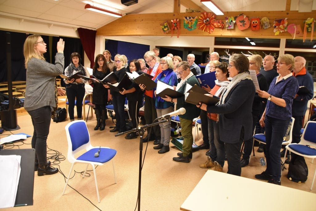 NYE MEDLEMMER: Åsneskoret har fått to nye medlemmer det siste året, og nå øver koret til julekonsert i Rådhuskinoen Kulturhus. Dirigent Kristin Jensveen er én av solistene som skal delta.