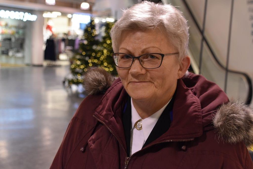 HJELPER FOLK FØR JUL: Gunn Johansen i Frelsesarmeen er snart klar ved julegryta igjen. Det er også et stort antall grytevakter. Julegryta blir å finne på Flisa Stormarked og Gruetorget i år som i fjor.