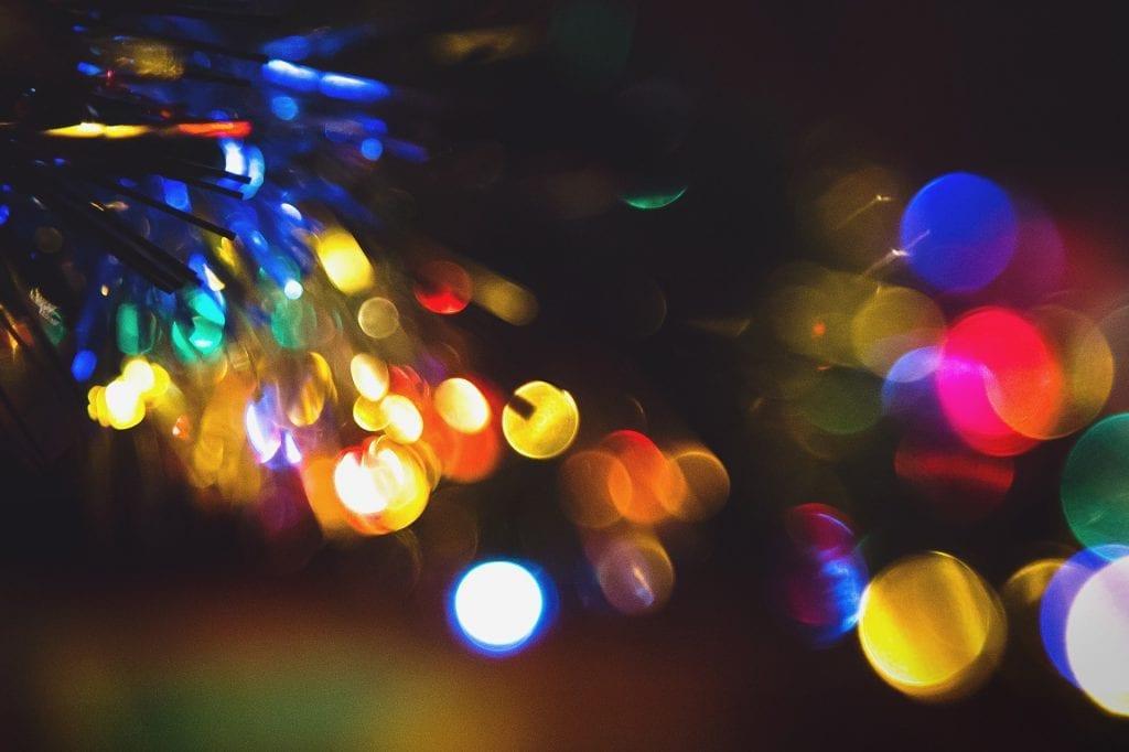 JULEBELYSNING: Naboens julelys kan være til besvær. Foto: Pixabay