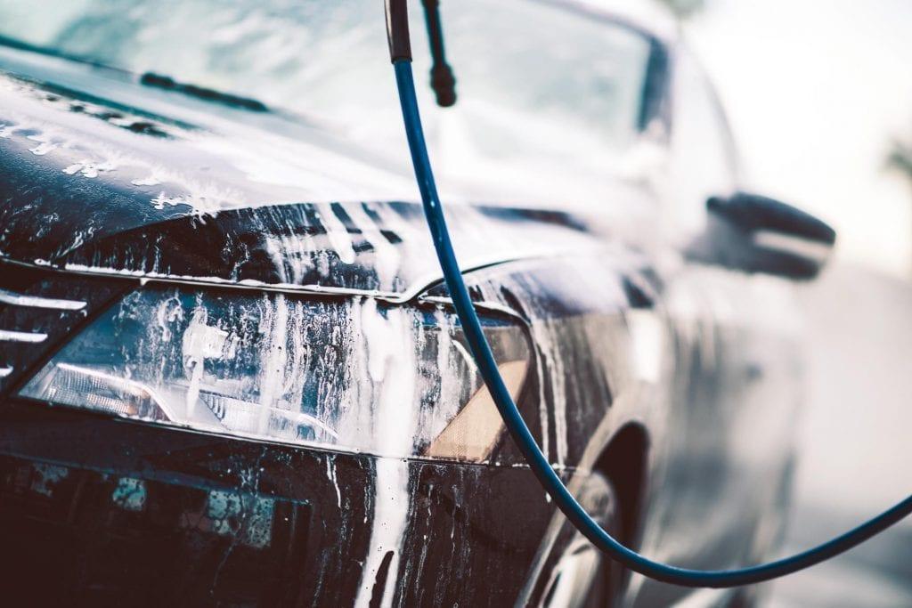 VASK OFTERE OM VINTEREN: Det er viktig å få vekk saltsørpa på bilen selv om bilen ser like skitten ut etter et par kjøreturer. Om vinteren må man vaske oftere enn om sommeren, skriver NAF Foto: Colourbox