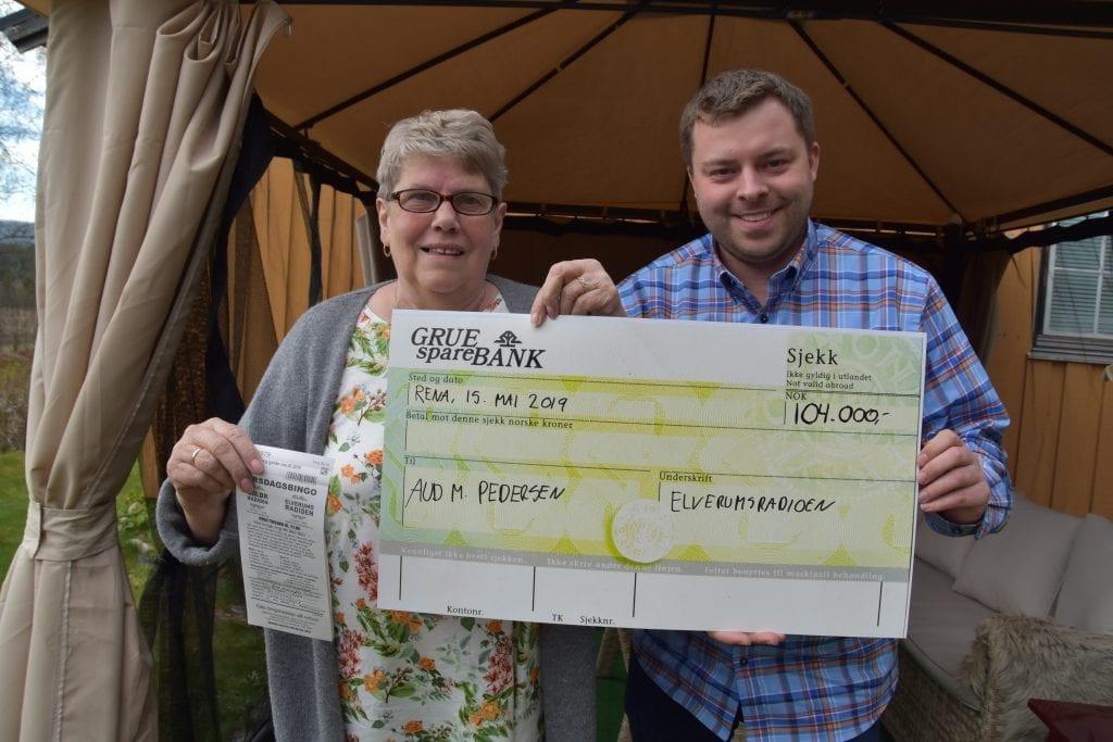 FØRSTE STORE VINNER: Aud M. Pedersen på Rena var den første i Innlandet som vant over 100.000 kroner på radiobingo i Innlandet. Her sammen med Bjørn-Martin Brandett fra Lokalradioene i Innlandet AS.