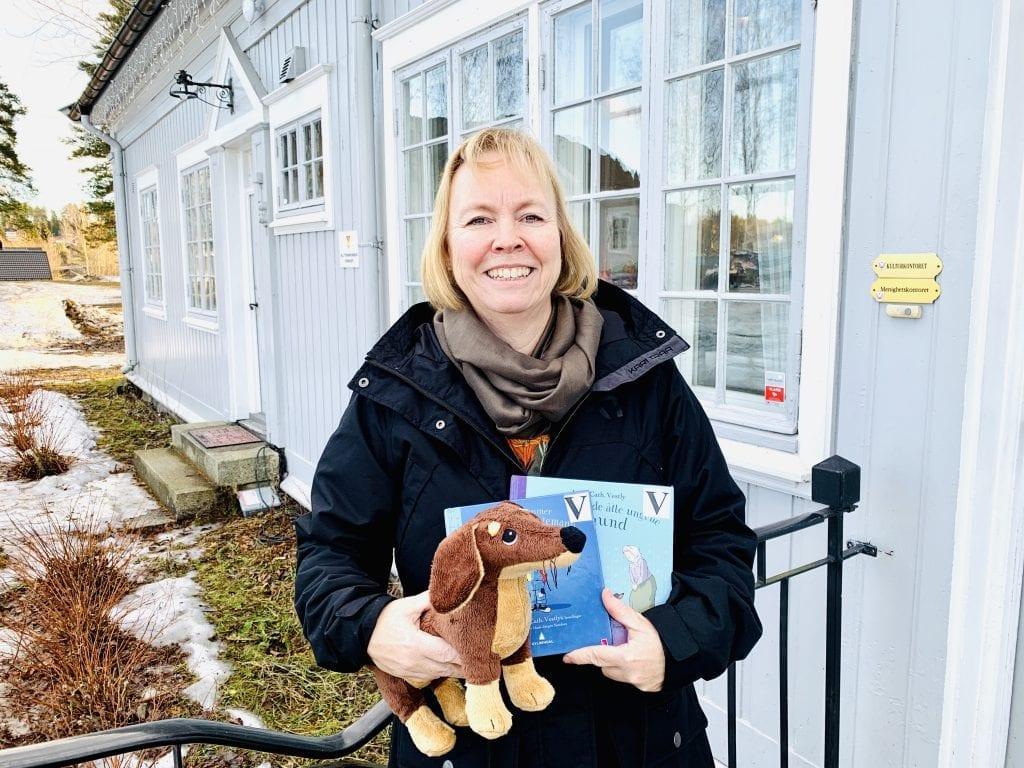 LESE: Anne-Mette Jensrund ved Våler folkebibliotek inviterer til høytlesning denne uka. Foto: Liv Rønnaug B. Lilleåsen