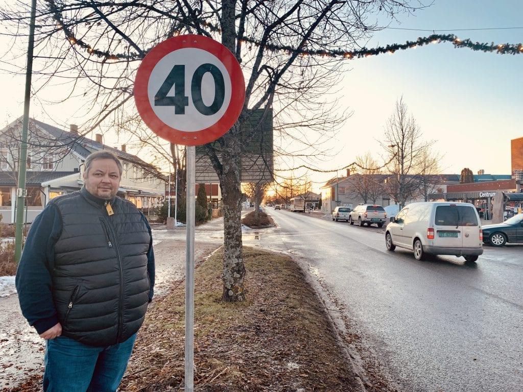 HØY FART: Terje Husebæk ber folk om å respektere den nye fartsgrensa i Kaffegata. Foto: Liv Rønnaug B. Lilleåsen