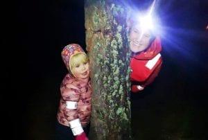 MORO: Årets første tur gikk til Myrmoen på Flisa, og det ble mye lek og moro i mørket. Foto: Barnas Turlag Solør