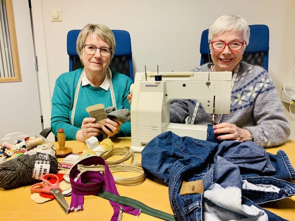 HJELPER DEG: Gerd Sorknes (t.v.) og Kirsti Aagaard oppfordrer folk til å komme med det de trenger hjelp med å fikse eller reparere. Foto: Liv Rønnaug B. Lilleåsen