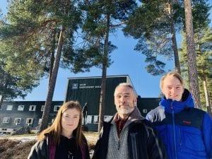 SKOG OG FRAMTID: Martine Bue (18), Arne Rønaasen i Glommen Mjøsen Skog og Sivert Lersveen (18) fra Elverum mener skogen er framtida. Foto: Liv Rønnaug Lilleåsen