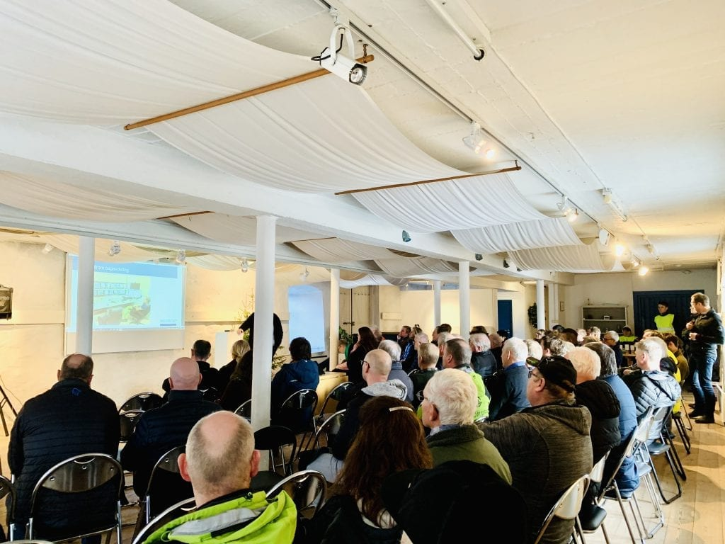 MANGE: Det var nærmest fullsatt i Låven på Sønsterud gård. Foto: Liv Rønnaug B. Lilleåsen