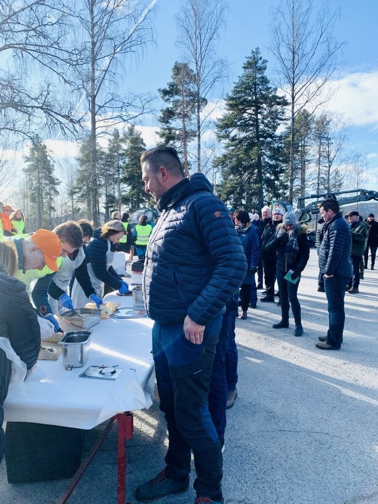 POPULÆRT: Køen var lang for å få en smakebit av villsvinet. Foto: Liv Rønnaug B. Lilleåsen