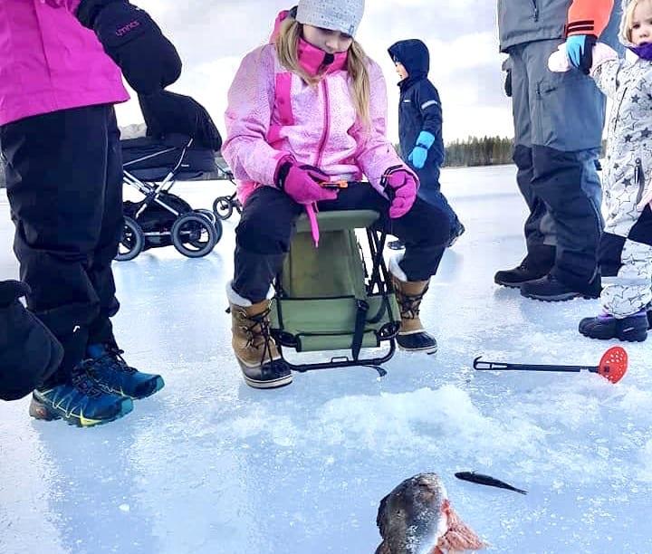 ISFISKE: Flere pilket og fikk fisk på Kom deg ut-dagen i Våler. Det var perfekte forhold og 40-50 cm. tykk is. Foto: Barnas Turlag Solør
