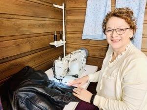 I GANG: Caroline Godjin har nylig startet opp sitt skredderfirma, og er i gang fra sitt syverksted på Namnå i Grue. Foto: Liv Rønnaug Lilleåsen