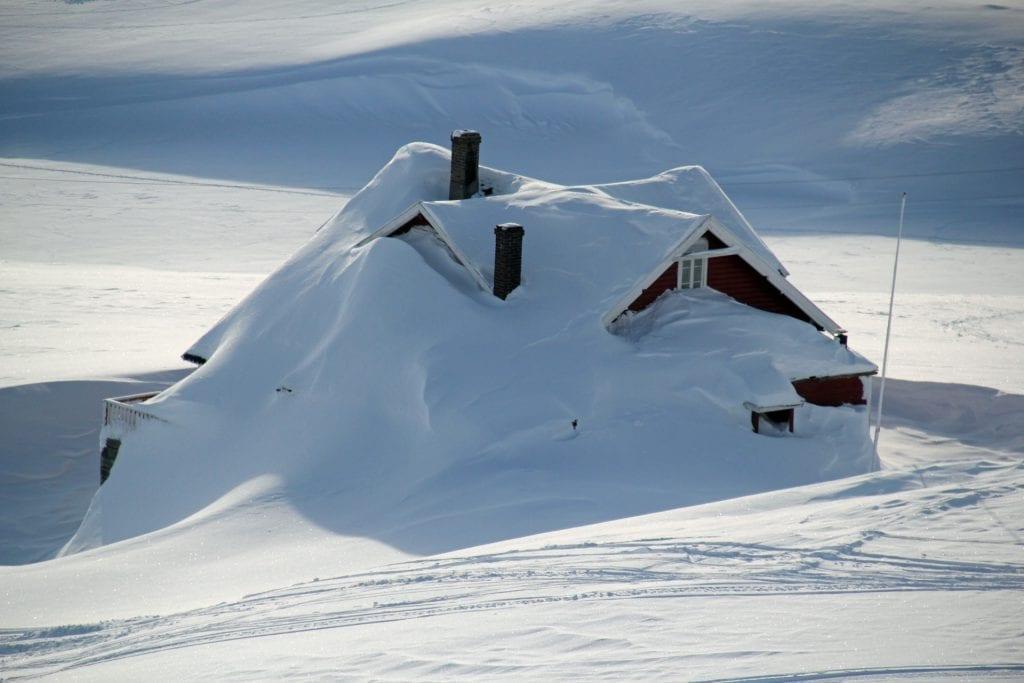 MYE SNØ: Selv om det er lite snø her i distriktet, er det mye snø i høyfjellet. Forsikringsselskap oppfordrer til å måke snø av hyttetaket. Foto: Tryg Forsiking