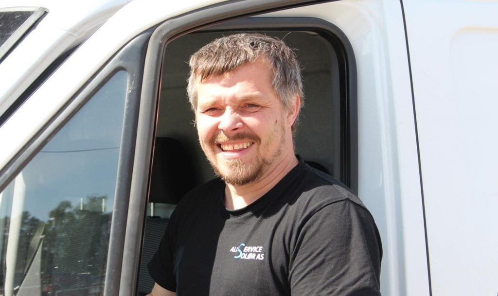JOBBER FORTSATT: Allservice Solør AS er fortsatt i sving, og Knut Morten Haug oppfordrer folk til å gjøre vedlikeholdsarbeid hjemme nå. Det er med på å holde hjulene i gang. Arkivfoto: Morten I. Schei.