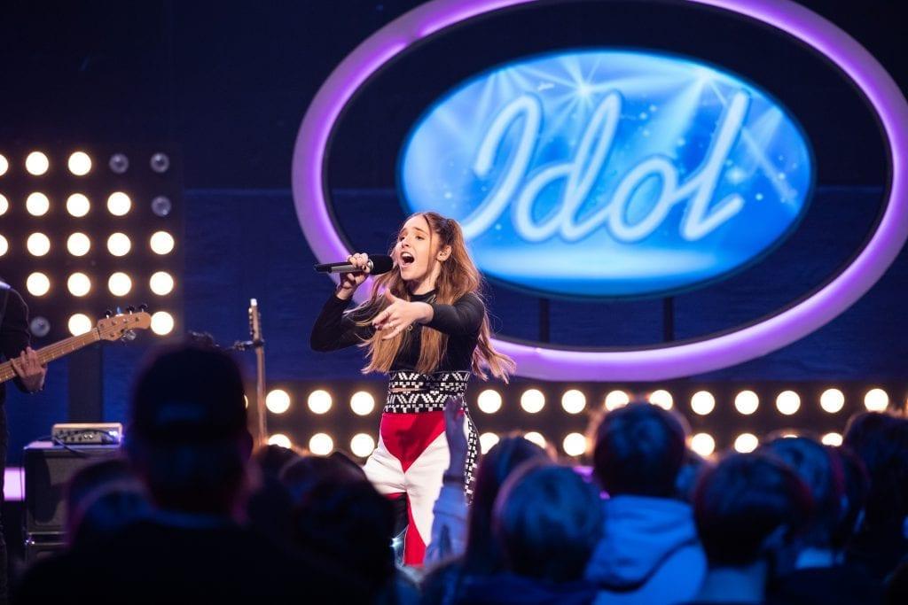 DÆVEN DØTTE: Mari Bølla leverte så det holdt da hun fremførte Little Mix-låten «Power» under Idol fredag. Nå er hun blant de ti beste i årets konkurranse. Foto: Tv2.