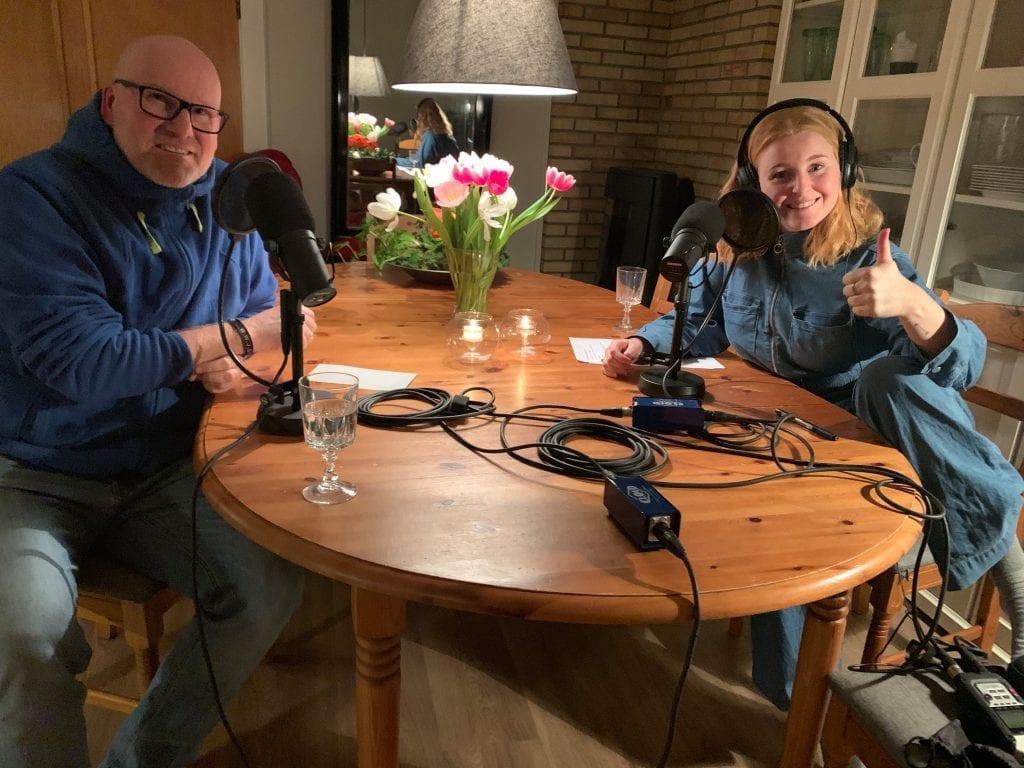 SNAKKER MED FAREN: Ingrid Vatnar Eikje snakker med far og sokneprest Runar Olsen i den første episoden av podcasten «Alle våre dager».