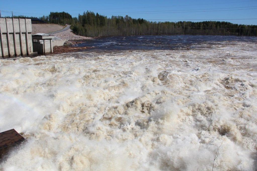 MYE VANN: Det er ventet mye vann i magasinene i tida framover, og NVE mener vi må forberede oss på en våt vår. Her fra vårflommen i 2018 ved kraftstasjonen på Braskereidfoss. Arkivfiti