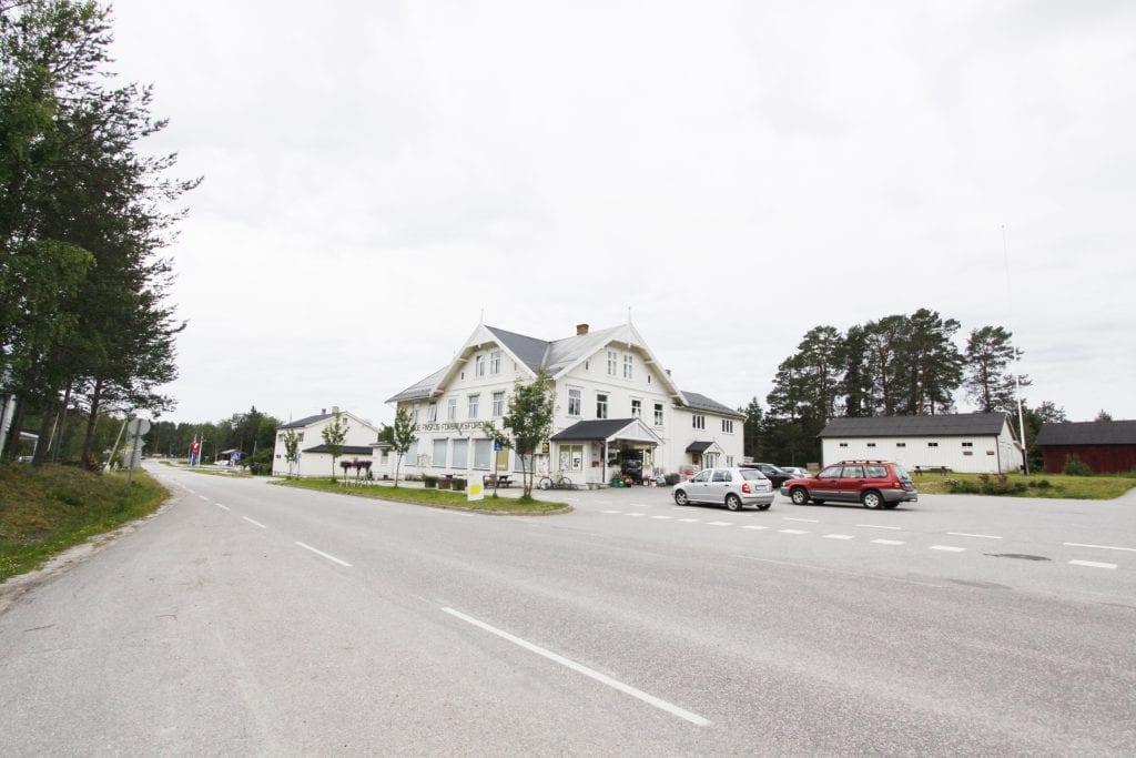VIKTIG: Forbruksforeningen her i Svullrya sentrum er sammen med Grue Finnskog kirke to av viktige og sentrale bygg og viktige kulturminner i Grue kommune. Foto: Liv Rønnaug Lilleåsen