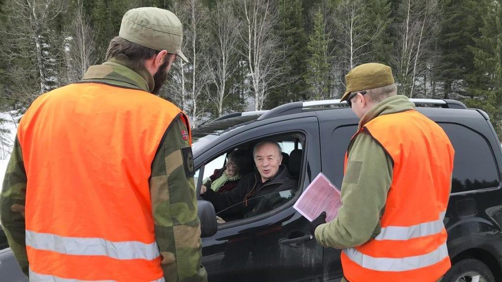 KONTROLL: Nå er både politi, toll, Forsvaret og Heimevernet til stede på en rekke grenseoverganger i distriktet. Foto: Heimevernet.no