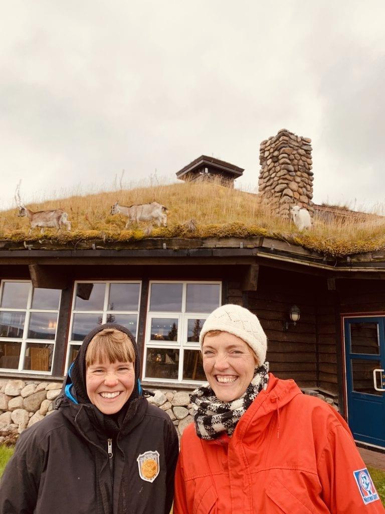 PÅ FINNSKOGEN: I en drøy uke har kunstnerne Riitta Ikonen (t.v.) og Karoline Hjorth jobba på Finnskogen. Med gjestfrihet og mange møter med lokalbefolkningen har de stortrives. Foto: Liv Rønnaug B. Lilleåsen