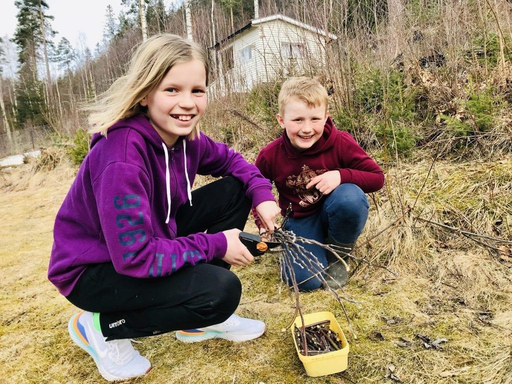 UNNGÅ SMITTE: Søskenparet Mari (10) og Erik (8) Briskerud har laget trykkepinner for å unngå smitte. Foto: Privat