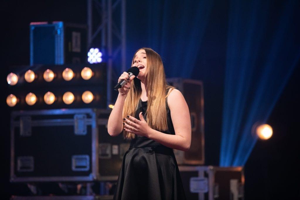 MED I IDOL: Mari Bølla (15) er halvt solung, og deltaker i årets Idol. Hun har imponert så langt.