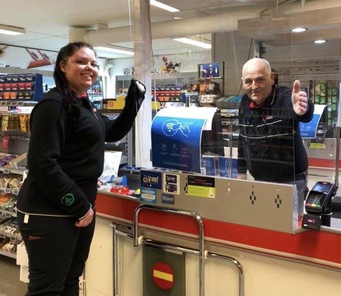 BESKYTTET: Spar Våler har fått pleksiglass i kasse til beskyttelse for både kunder og ansatte. Foto: Spar Våler