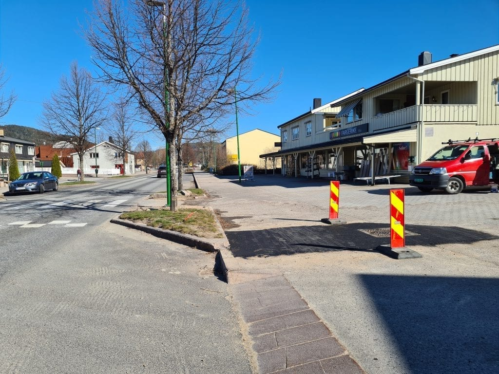 ASFALTERT IGJEN: Utrolige åtte ganger har stolpen som sto her blitt kjørt på. Nå har Statens Vegvesen gitt opp, og asfaltert igjen plassen hvor stolpen sto.