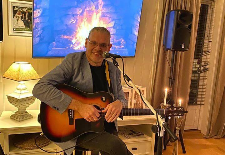 HJEMME HOS RAY: Ray Moen kommer fra Kjellmyra, men bor nå på Jessheim. For tiden kjører han konserter hjemme i stua flere ganger i uka. Seerne henger seg på, og Ray klarer å leve av Vipps-støtten fra folket.