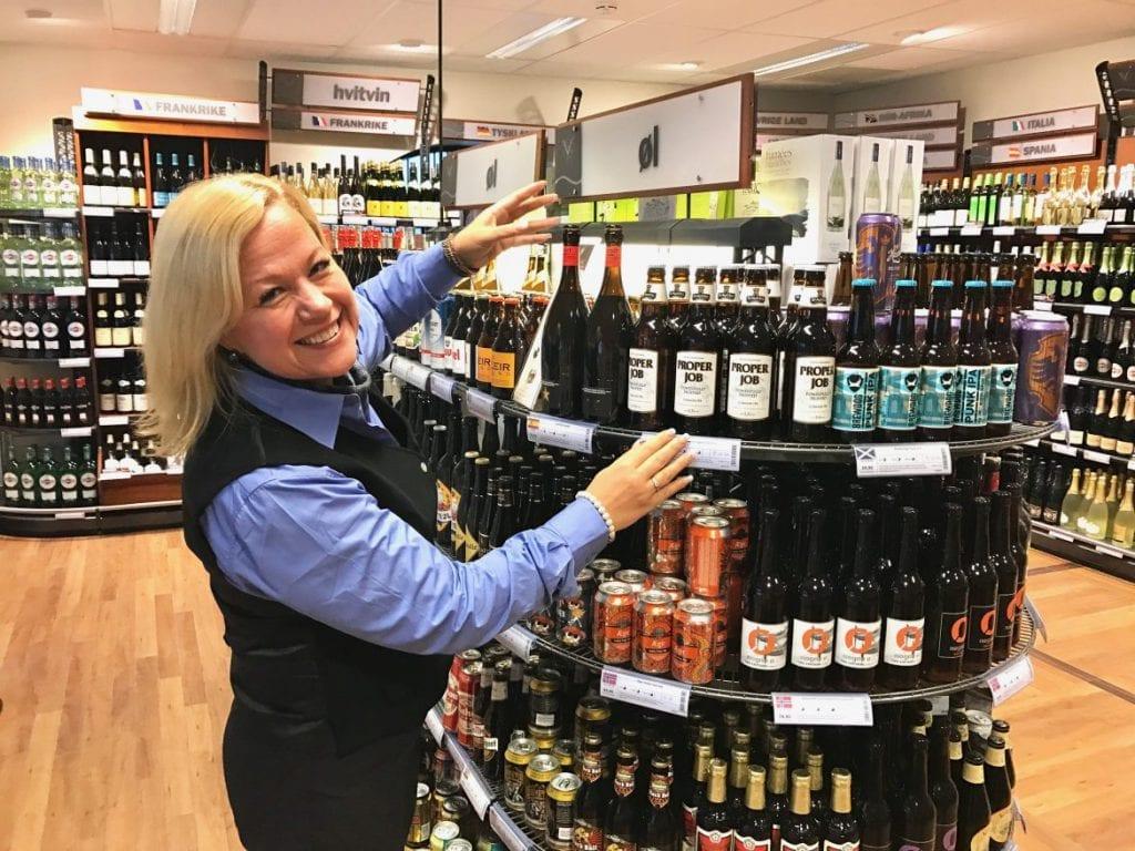 FORNØYD: SALG: Alkoholsalget har steget kraftig i forbindelse med korona-pandemien. Butikksjef ved Vinmonopolet i Kongsvinger og på Flisa er meget fornøyd. Foto: Vinmonopolet