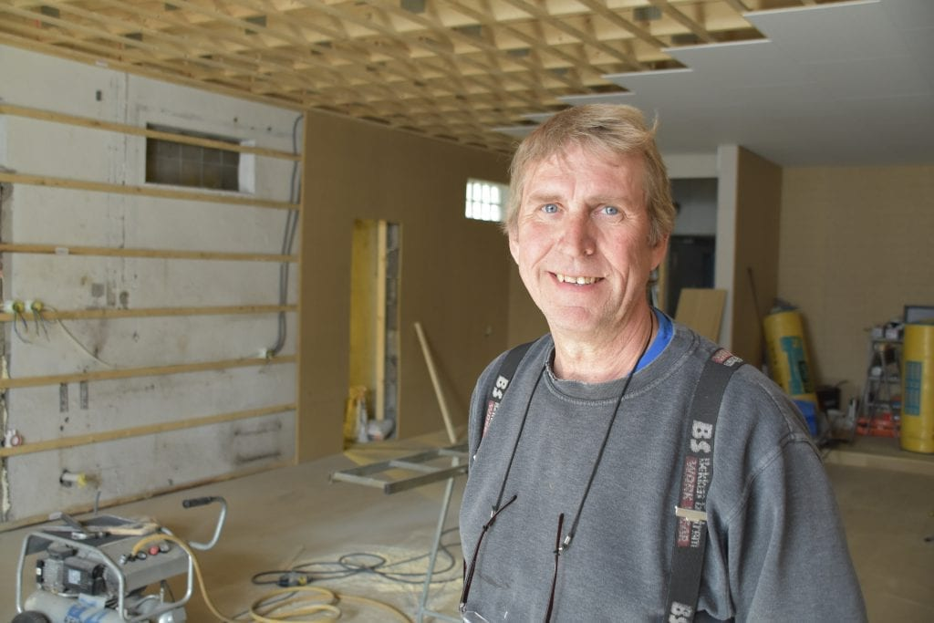 BARE POSITIVT: Byggmester Kjell Arild Hegsvold ser ingen negative sider i å få Bokken pub som nabo.