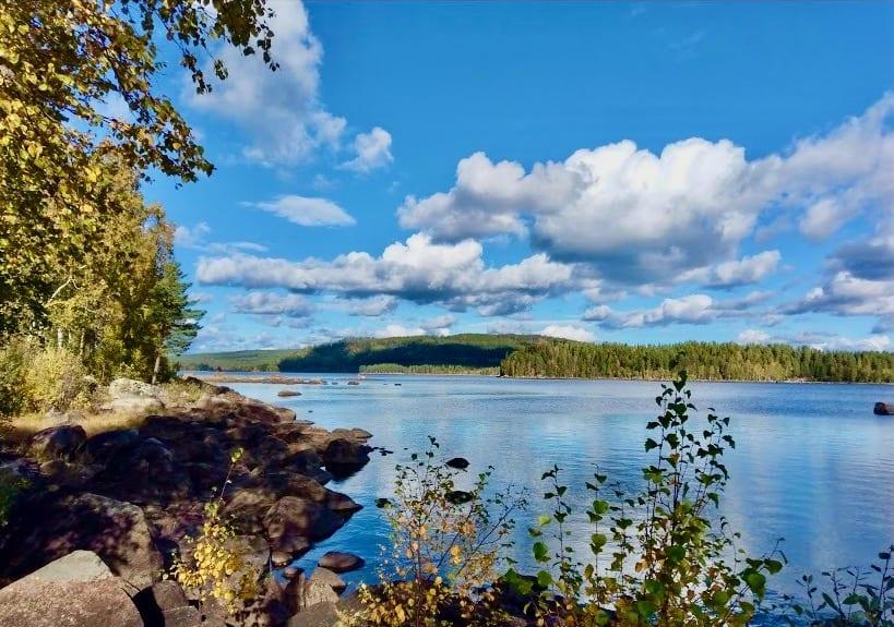 NASJONALROMANTIKK: 17.mai skal feires med båt-tog i bunad og vakre omgivelser her på Røgden på Finnskogen. Arkivfoto