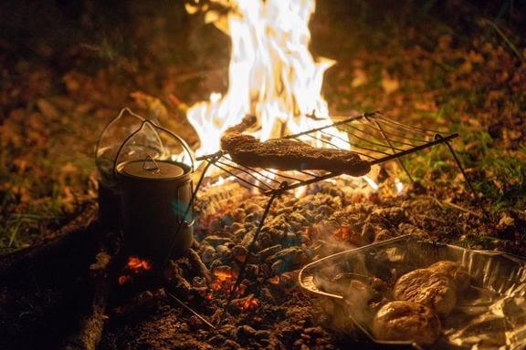 BÅLFORBUD: Med finvær kommer også grill-lysten. Forsikringsselskapet minner om det generelle bålforbudet i skog og mark, som trådte i kraft 15. april. Foto: Gregorio Luiz Gomez/Unsplash