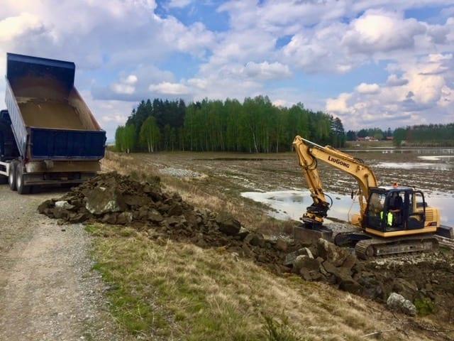 SIKRER VERKEN: Fram mot 15. mai skal flomverken ved Stemsrud på Namnå utbedres. Foto: Grue kommune