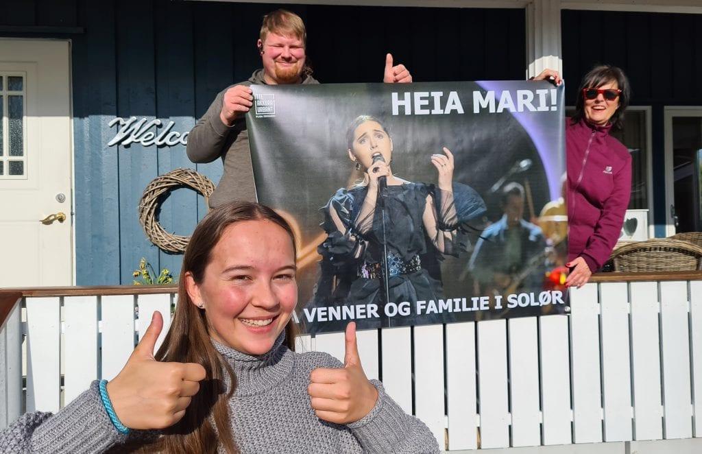 GÅR FOR SEIER: Emma Helene Husebæk (17) håper og tror venninnen vinner Idol på fredag. Erik Marius Keiserud og Wenche Irene Keiserud er klare til både å stemme og å heie.