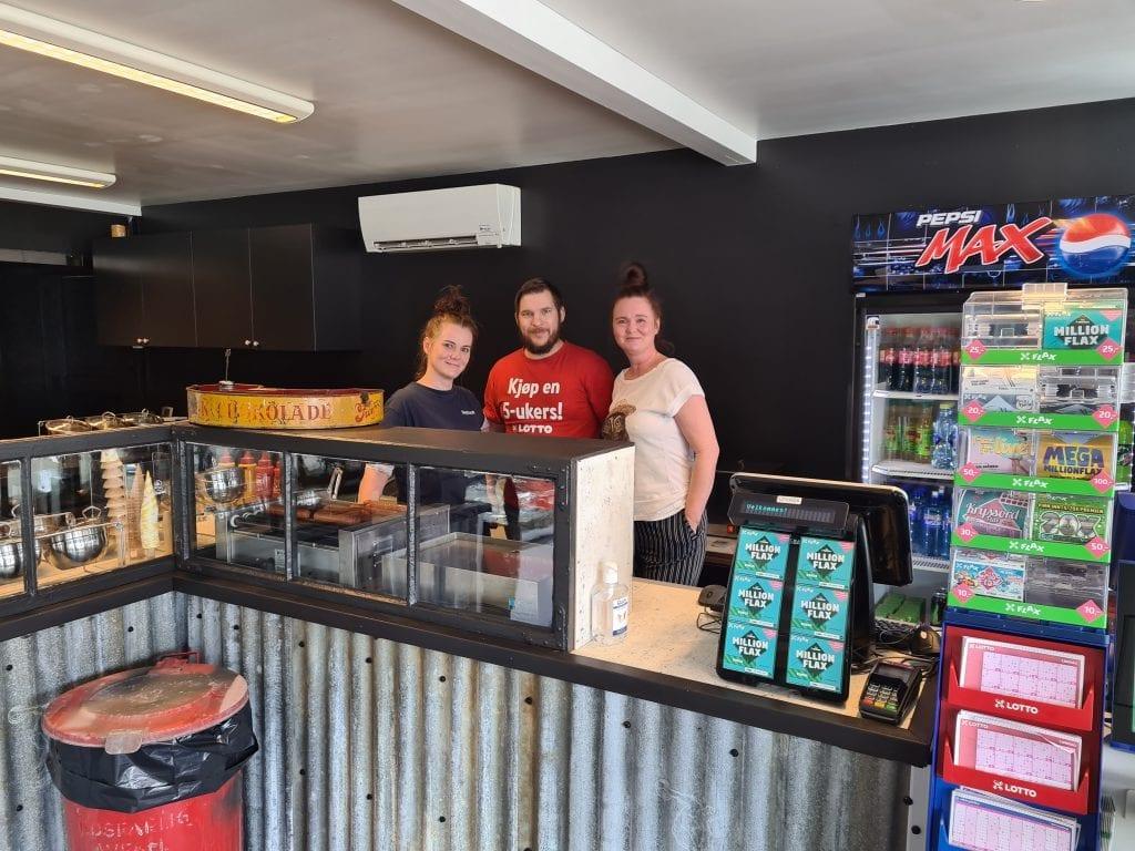 HAR ÅPNET IGJEN: Snacksen fremstår i ny drakt nå som de har åpnet dørene igjen. Siw Monica Sandlie (til venstre), Tom Erik Korbøl og Ann Kathrin Sandlie ønsker gamle og nye kunder velkommen innom igjen.