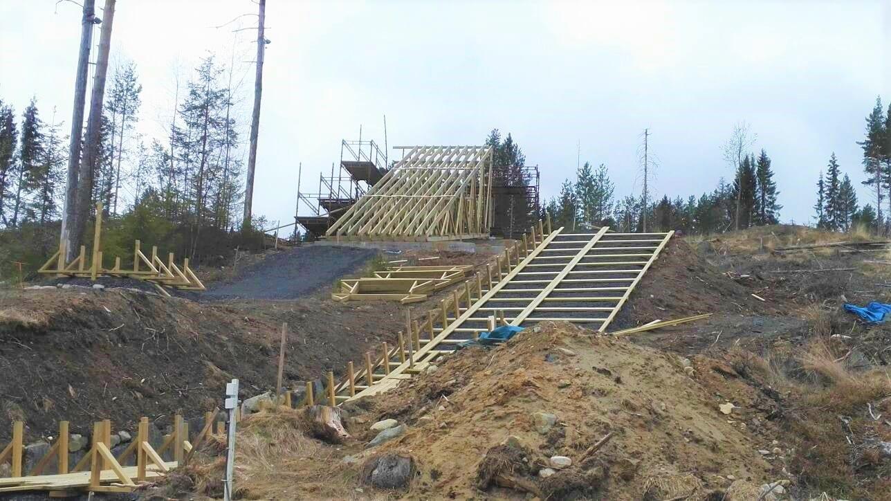 GODT I GANG: De to nye hoppbakkene i Gjerdrumsbakken i Våler begynner virkelig å ta form. Foto: Rolf Risåsen