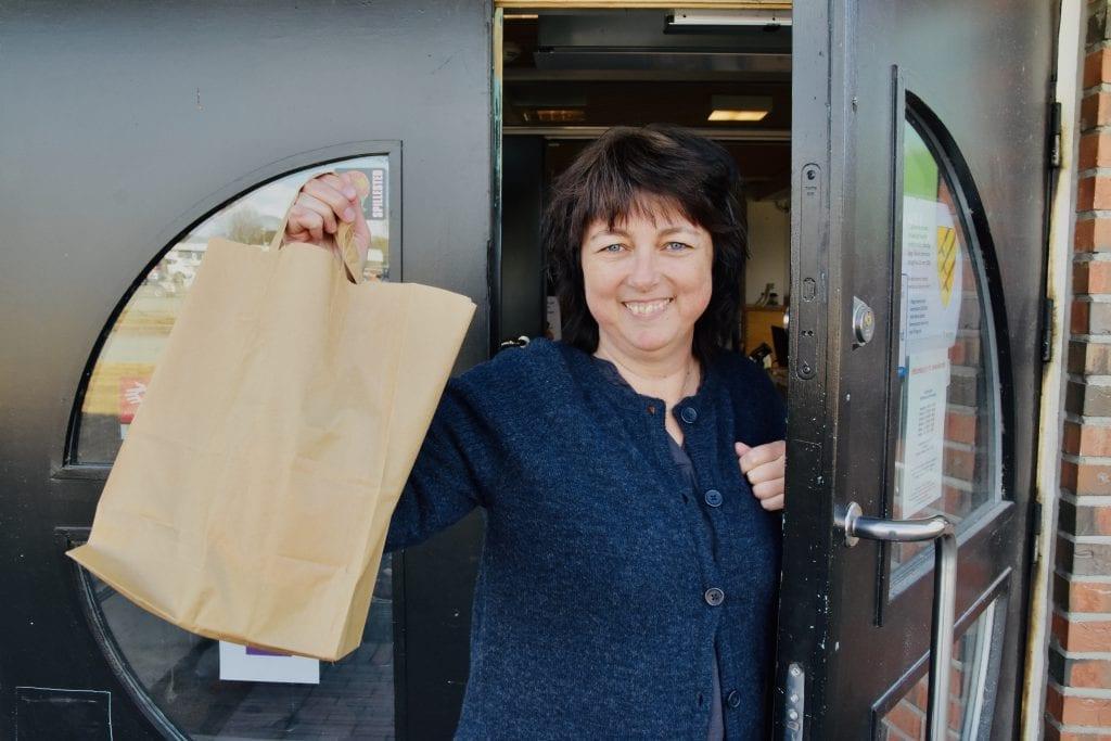 VELKOMMEN: May Eierholen ved Åsnes folkebibliotek er glad for å endelig kunne åpne opp dørene for publikum igjen. Her er hun med med en drive-in pose i hånda, et bokutlånstilbud som fortsetter en god stund til. Arkivfoto: Bjørn-Martin Brandett
