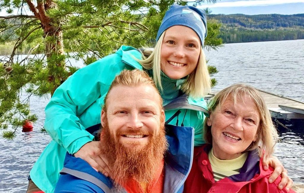 SPRELL PÅ FINNSKOGEN: Mari Finsen (bak) og Berglund skal vi se fram alt Finnskogen har å by på. Her sammen med daglig leder i Finnskogen natur- og kulturpark, Herdis Bragelien. Foto: Finnskogen natur- og kulturpark