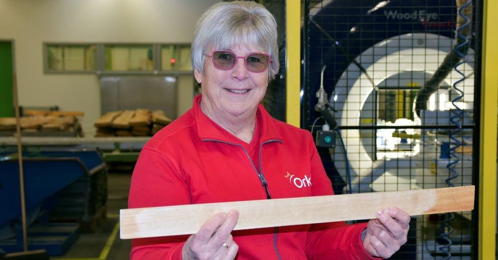 VETERAN: Tillitsvalgt Karin Siggerud Olsen (62) har 40 års erfaring i bedriften, og trives med å lage tannstikkere. Foto: Trond Elstad/FriFagbevegelse
