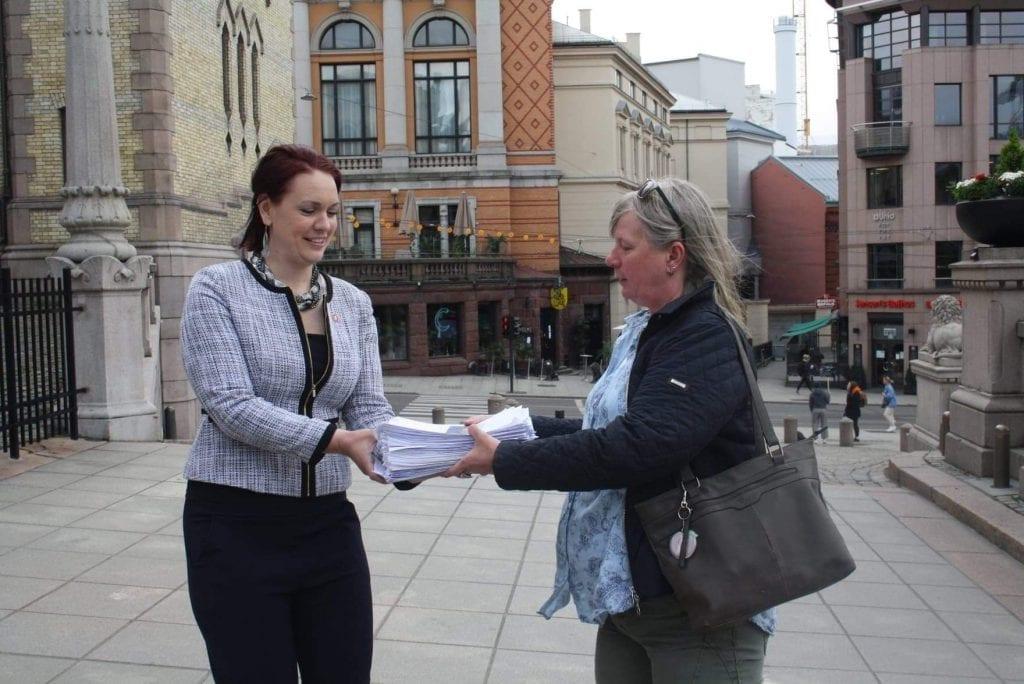 VÆR SÅ GOD: Her overleverer Anne-Britt Myrvold nærmere 20.000 underskrifter for å bevare Elverum sjukehus. Hun ble møtte av Åshild Bruun-Gundersen i helse- og omsorgskomiteen på Stortinget. Foto: Privat