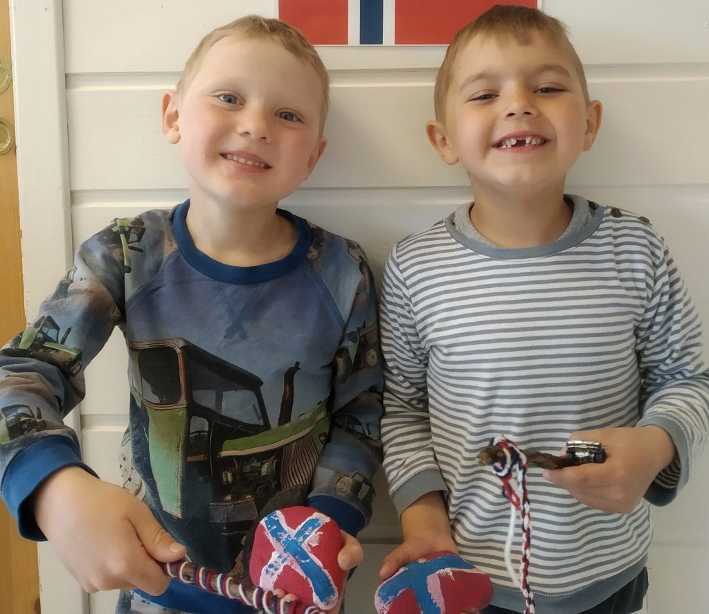 FEIRER PÅ FORSKUDD: Barnas dag, 17. mai, utgår ikke i Finnskogen Barnehage. Barna får nemlig feire nasjonaldagen på forskudd fredag 15. mai. Timmy Saxerud (til venstre) og Marius Tala gleder seg.