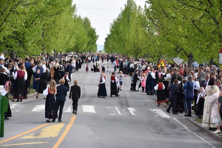 SYNKER: Folketallet i Solør synker, viser ferske tall fra SSB. Her fra 17.mai i Kaffegata for en del år tilbake. Arkivfoto: Bjørn-Martin Brandett