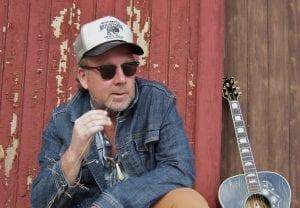TIL SKOGS: Roy Lønhøiden spiller hver søndag i hele juli i Galleri Bjørnen på Grue Finnskog. Pressefoto