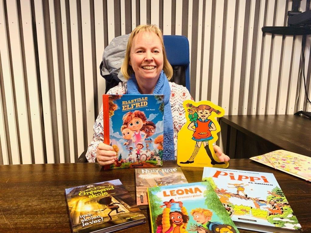 BLI MED: Barne- og ungdomsbibliotekar Anne-Mette Jensrud viser fram noe av det du kan lese i årets Sommerles. Foto: Liv Rønnaug B. Lilleåsen