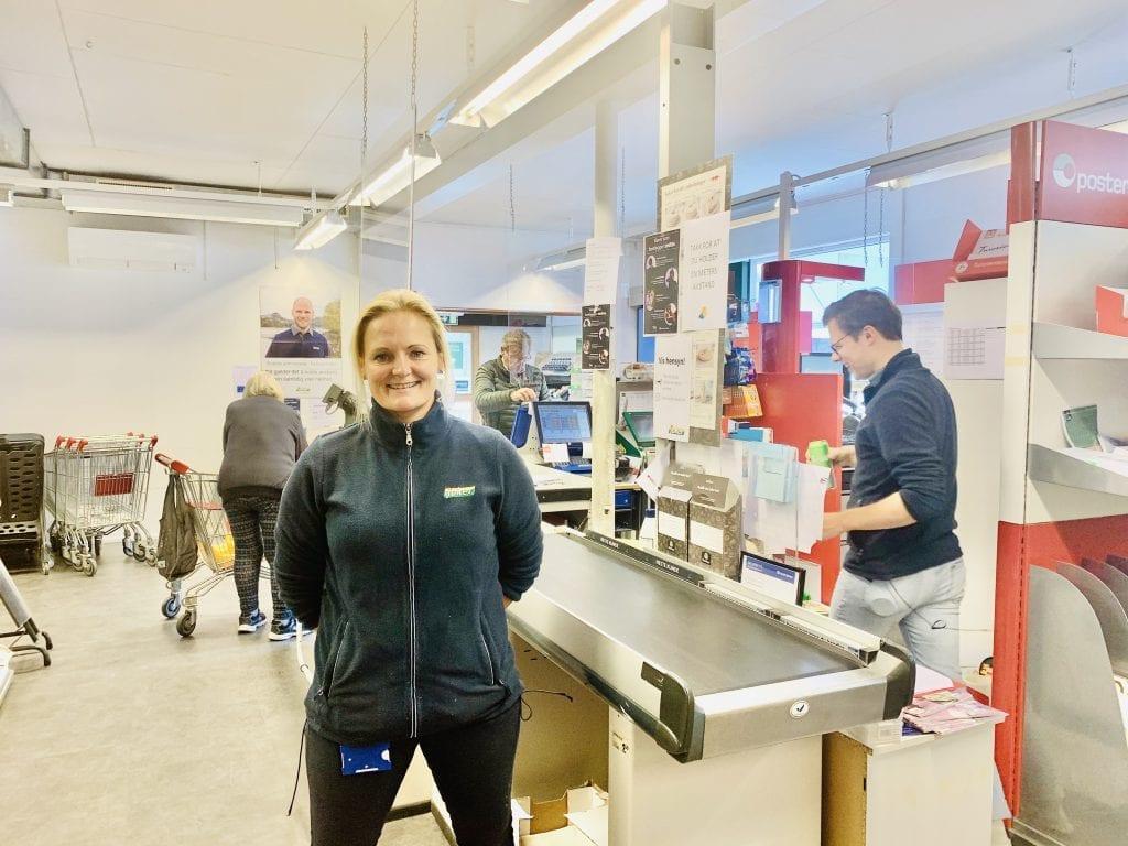 GODE TIDER: Daglig leder, Susann Larsen opplever gode tider for nærbutikken på Svullrya, og det er hun meget fornøyd med. Foto: Liv Rønnaug Lilleåsen