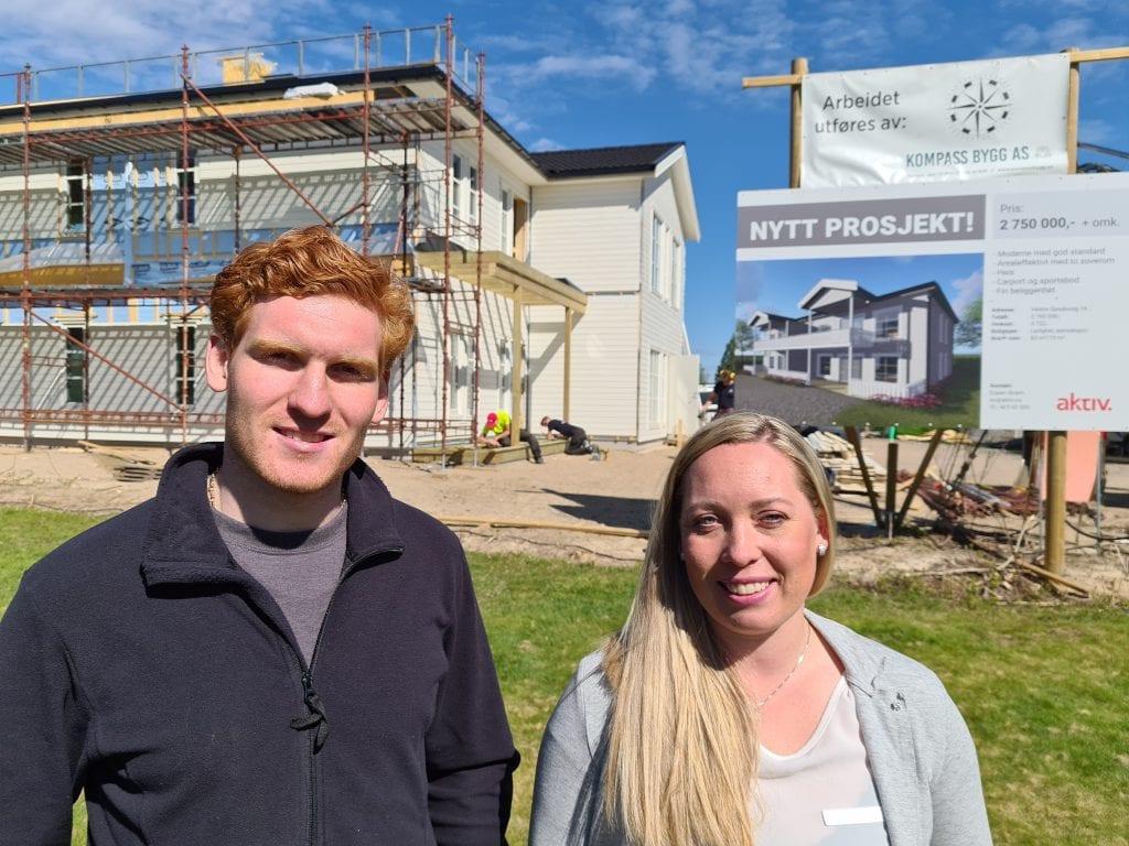 ER I RUTE: Byggingen av fire nye leiligheter på Kjellmyra går som planlagt, og alle er innflytningsklare før jul. Ben-Philip Gundersen og Malin Romita Tryggvason håper salget løsner når folk ser hvor flott det blir.
