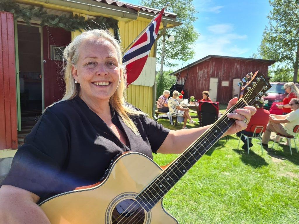 FLAGG OG KAFFE: Når flagget henger ute er alle velkommen på kaffe. Nora Pettersen er barnebarn av Tater-Milla, og holder huset åpent også denne sommeren.